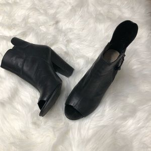 Guess peep toes bootie